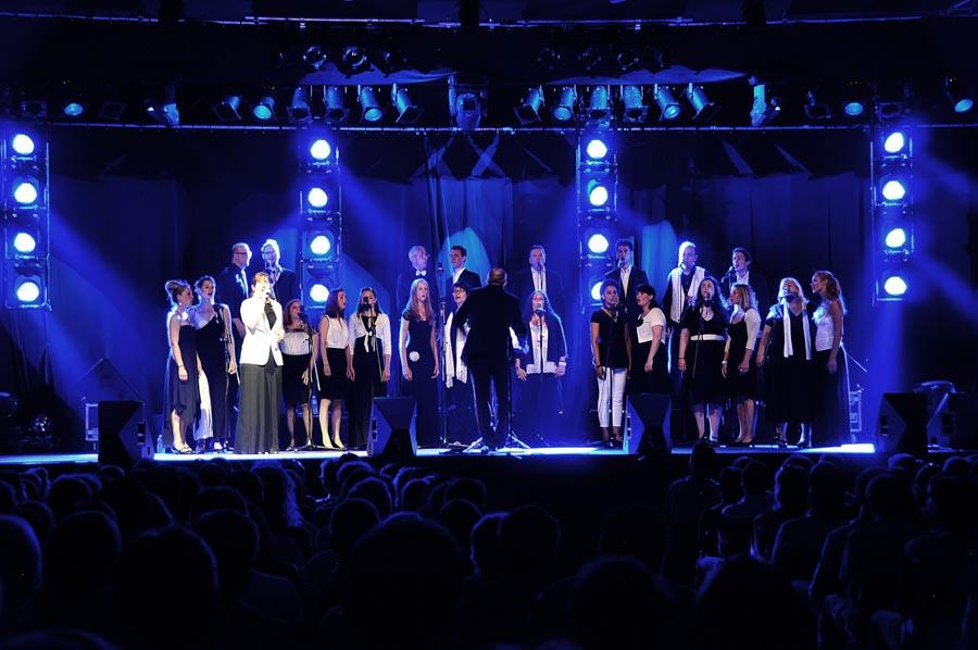 Jazzchor Freiburg auf der Bühne mit blauem Licht
