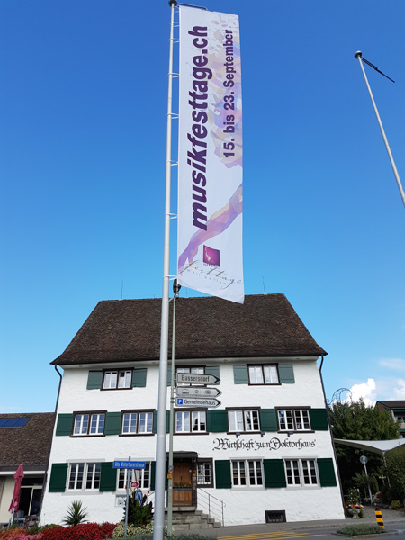 Musikfesttage Fahne vor dem Doktorhaus