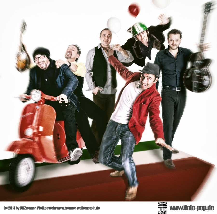 I dolci Singori Italo-Pop-band auf roter Vespa