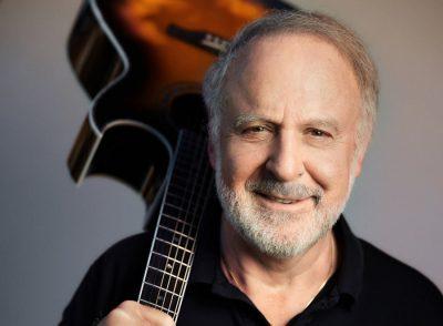Peter Reber, Portrait mit Gitarre ueber der Schulter