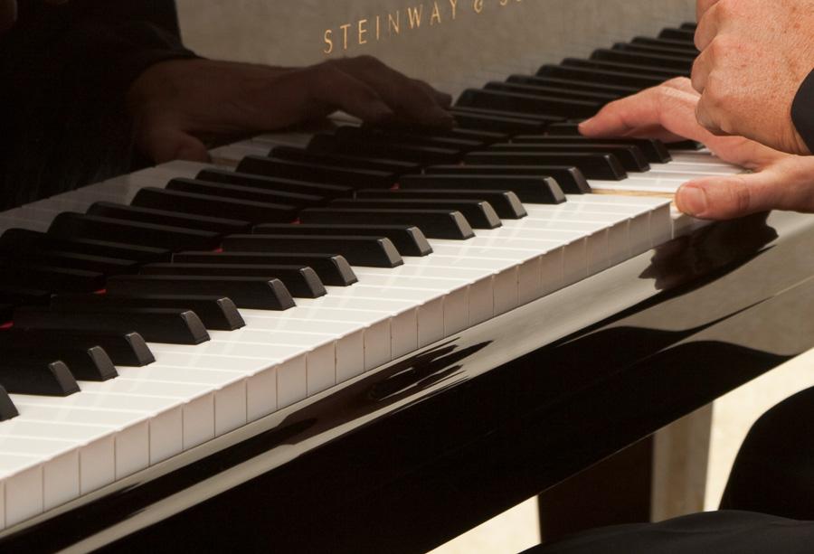 Piano-Tasten und Spiel Stilleben