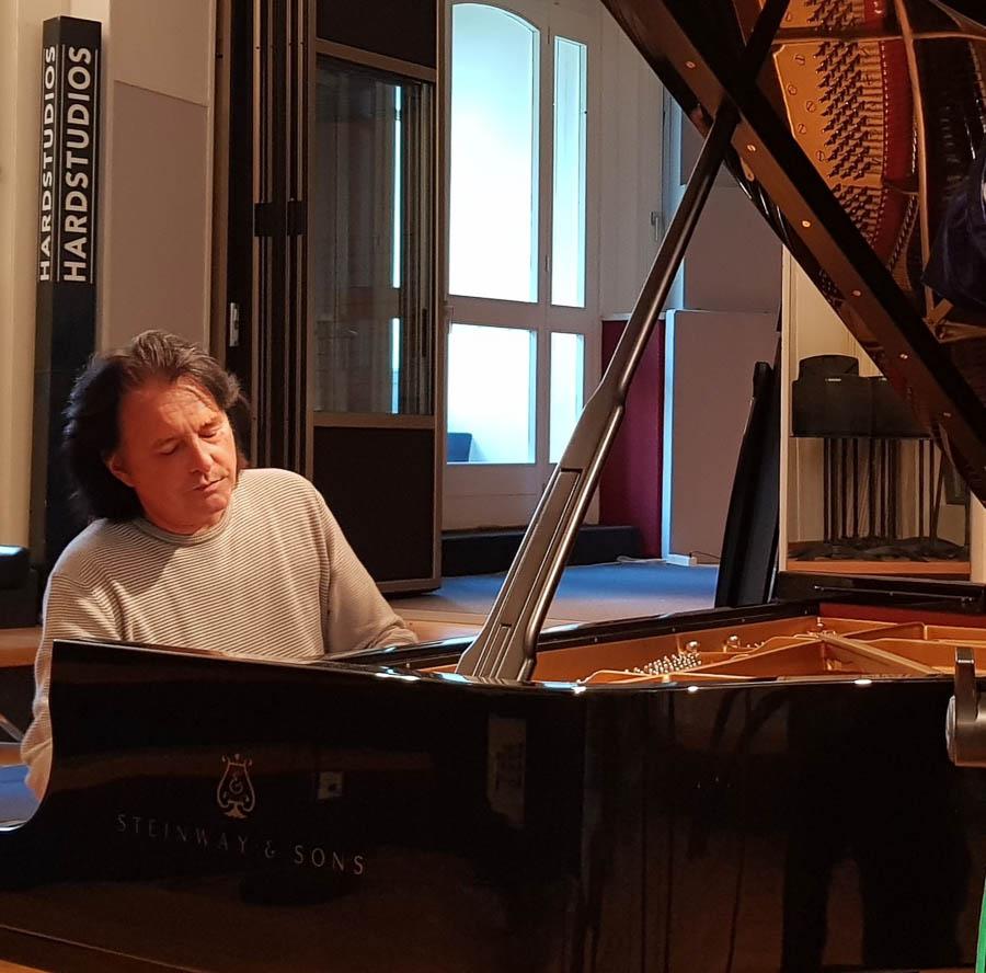 Roland Raphael spielt am Flügel