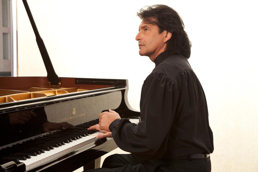 Roland Raphael am Klavier