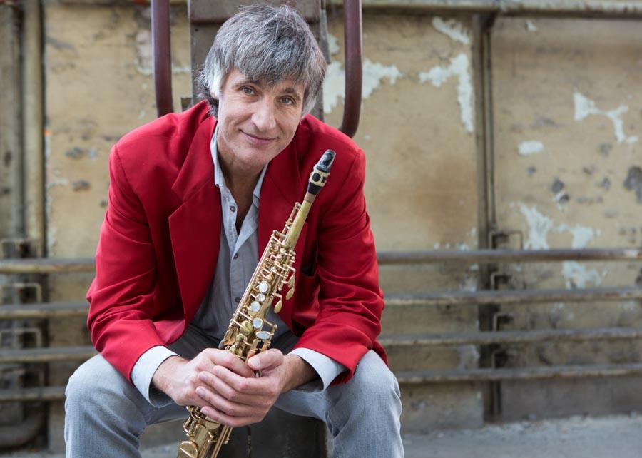 Daniel Schnyder sitzend mit Saxophon