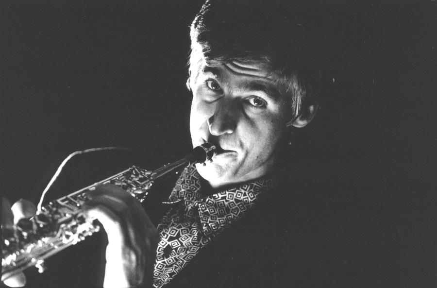 Daniel Schnyder sw-Bild mit Sopran-Saxophon